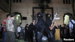 Cảnh sát đứng canh bên trong căn phòng một đền thờ Hồi giáo ở Cairo, khi những người ủng hộ ông Morsi và lực lượng an ninh chạm súng bên trong đền thờ, 17/8/13