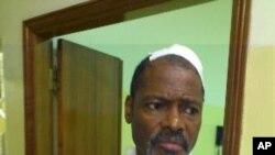 Filomeno Vieira Lopes depois de receber tratamento a ferimentos recebidos durante uma manifestação em Luanda