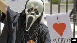 """11月22日南非开普敦市的一名示威者手持一个牌子,上面写着""""我爱机密"""""""