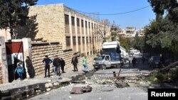 시리아 알레포 서의 정부 장악 지역에 반군의 폭격으로 학교 주변이 파괴됐다며, 관영 사나 통신이 20일 사진을 공개했다.