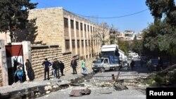 Pemandangan di luar sekolah yang rusak akibat serangan pemberontak Suriah di Aleppo, Suriah, 20 November 2016.