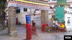 印度麦克里欧甘吉,大昭寺门前,年轻僧人们正在打扫卫生,迎接达赖喇嘛的归来。(美国之音朱诺拍摄,2016年11月5日)