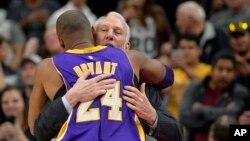 Gregg Popovich, ntraîneur de Spurs San Antonio, embrasse Kobe Bryant (24), pivot de LAkers de Los Angeles avant un match de basketball, à San Antonio, 6 février 2016.