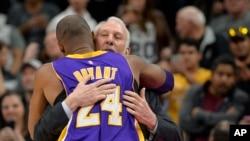 Gregg Popovich, entraîneur des Spurs San Antonio, embrasse Kobe Bryant (24), pivot de Lakers de Los Angeles avant un match de basket, à San Antonio, 6 février 2016.