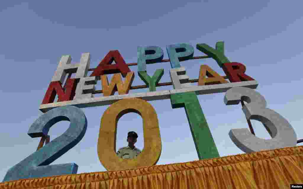 رنگون میں 31دسمبر 2012ء کو پہلی بار عوامی سطح پر نیا سال منایا گیا، جس موقع پر سکیورٹی گارڈ تعینات ہے۔