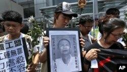 Người biểu tình than khóc cái chết của nhà hoạt động dân chủ Lý Vượng Dương trong 1 cuộc biểu tình ở Hồng Kông, 7/6/2012