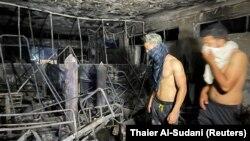 Pas zjarrit në spitalin e shkrumbuar në Bagdat, Irak, 25 prill 2021. (Foto: REUTERS/Thaier Al-Sudani)