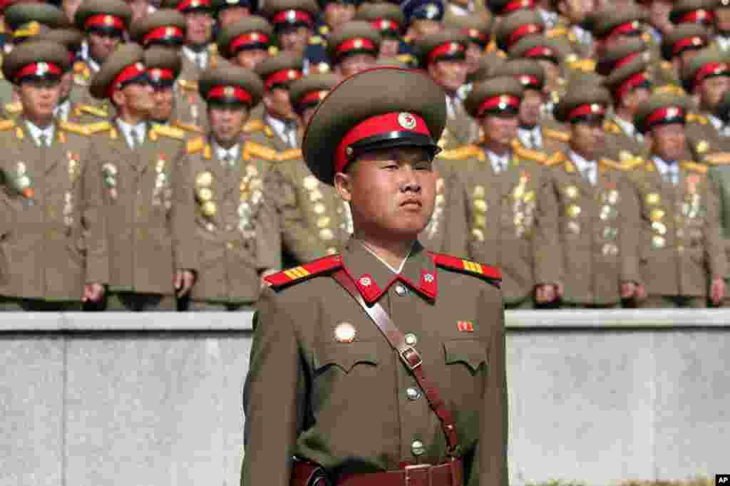 Binh lính Bắc Triều Tiên xếp hàng trong buổi diễn binh tại Bình Nhưỡng hôm Chủ nhật, 15 tháng Tư năm 2012 (Hình: Sungwon Baik/VOA)