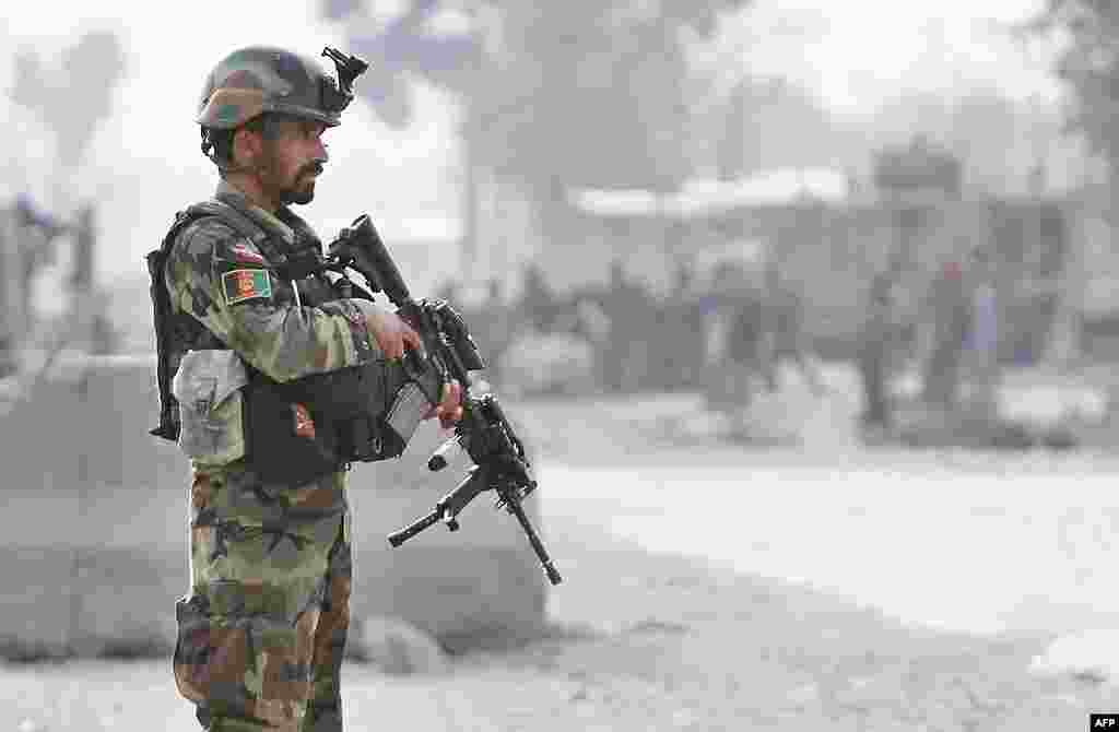 Binh sĩ Afghanistan canh gác tại hiện trường sau vụ tấn công tự sát ở Jalalabad, ngày 27/2/2012