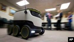 ربات های چرخدار به اندازه یک یخدان که می توانند به اندازه تقریباً یک کیسه پلاستیک پر بار تحویل بدهند