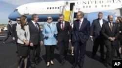 Ngoại trưởng Mỹ Hillary Rodham Clinton và các giới chức Australia tại Sân bay Quốc tế Perth ở Australia.
