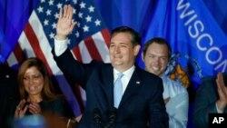 미 공화당 대선 경선에 출마한 테드 크루즈 후보가 5일 위스콘신주 예비선거에서 승리가 확정된 가운데, 밀워키 유세장에 모인 지지자들을 향해 손을 흔들고 있다.