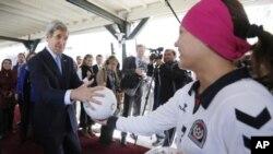 دیدار جان کری با زنان ورزشکار افغان در کشورشان، ۲۵ مارس ۲۰۱۳
