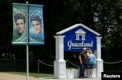 엘비스 프레슬리가 생전에 살던 테네시주 멤피스 '그레이스랜드' 방문 가족이 입구에서 기념촬영을 하고 있다.