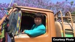 Chị Võ thị Kim Cương theo xe bồn để phát nước cho nạn nhân động đất