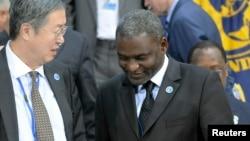 Le ministre gabonais Magloire Ngambia parle avec un gouverneur chinois lors d'une réunion du FMI à Washington DC, le 24 avril 2010.