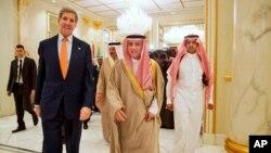 عادل الجبیر وزیر خارجه عربستان سعودی و جان کری وزیر خارجه آمریکا در نشست شورای همکاری خلیج فارس - ریاض ژانویه ۲۰۱۶