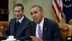 Tổng thống Hoa Kỳ Barack Obama tiếp các nhà báo bị đàn áp tại Tòa Bạch Ốc hôm 1 tháng 5, blogger Điếu Cày ngồi bên phải Tổng thống Obama