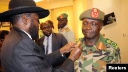Le président du sud-soudan Salva Kiir décore son nouveau général James Ajongo à Juba, le 10 mai 2017.