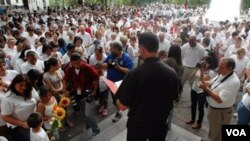 Para keluarga imigran di Birmingham, Alabama berkumpul dan berdoa untuk menentang penerapan UU Imigrasi yang ketat di Alabama (foto: dok).