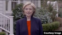 هیلری کلنتن با نشر یک نوار ویدیویی از طریق رسانه های اجتماعی نامزدی اش را برای رقابت در انتخابات ریاست جمهوری امریکا اعلان کرد.