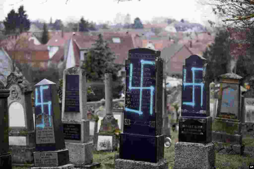 Makam-makan warga Yahudi dirusak dengan coretan gambar Swastika (lambang Nazi-Jerman) di kota Quatzenheim, Perancis timur, di mana sentimen anti-Semitisme (anti Yahudi) meningkat di Perancis.