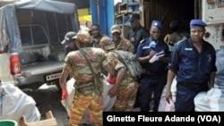 Des militaires saisissent les faux médicaments au marché Adjegounlè à Cotonou, Bénin, le 2 mars 2017. (VOA/Ginette Fleure Adande)