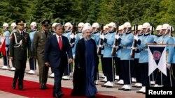 Eron prezidenti Hasan Ruhoniy (o'ngda) va Turkiya prezidenti Abdulla Gul, Anqara, 9-iyun 2014-yil.
