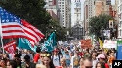 Para pendukung Senator Bernie Sanders melakukan unjuk rasa di Philadelphia, memrotes para pengurus partai Demokrat yang lebih condong kepada Hillary Clinton, Minggu (24/7).