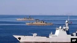 Latihan militer bersama angkatan laut Iran, Rusia dan China di Laut Oman, 28 Desember 2019. (Foto: Tentara AD Iran via AP).