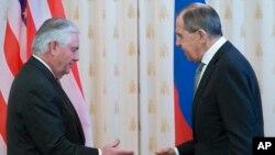 Menlu AS Rex Tillerson (kiri) dan Menlu Rusia Sergey Lavrov sebelum pertemuan di Moskow, Rusia hari Rabu (12/4).