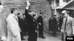 El presidente Ronald Reagan salubaba momentos antes de ser baleado por John Hinckley.