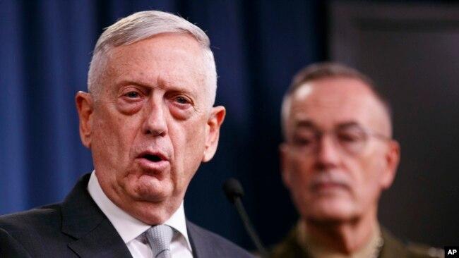 El secretario de Defensa de EE.UU., Jim Mattis, (izquierda) junto al jefe del Comando Conjunto general Joseph Dunford, hablaron en el Pentágono el viernes, 13 de abril, de 2018.