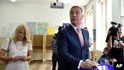 Novoizabrani predsjednik Crne Gore Milo Đukanović glasa na izborima, 15. april 2018.