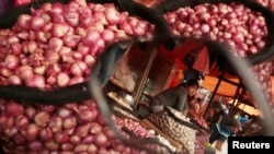 Seorang pedagang bawang di pasar di Makassar.