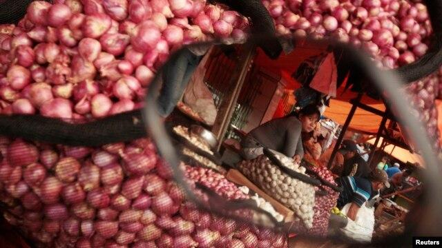 Pedagang bawang merah menunggu pelanggan di sebuah pasar di Makassar (1/4). (Reuters/Yusuf Ahmad)