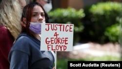 Okupljeni građani pred kućom policajca Dereka Čouvina optuženog za ubistvo Afroamerikanca Džordža Flojda (Foto: REUTERS/Scott Audette)