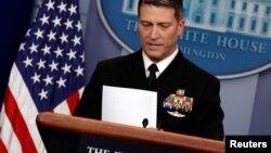 川普总统的医生杰克逊在白宫介绍总统体检后的健康状况。(2018年1月16日)
