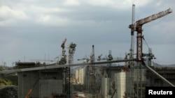 Pihak berwenang setempat meninjau lokasi proyek perluasan Terusan Panama, Rabu (5/2).