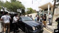 2017年2月22日,媒体追击采访一辆从朝鲜驻马来西亚首都吉隆坡使馆驶出的轿车。