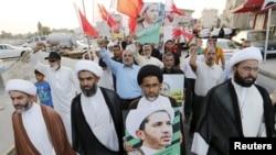 Des manifestants tiennent des pancartes avec le visage de Sheikh Ali Salman, le principal leader et secrétaire général de Al-Wefaq, dans le village de Jidhafs, à l'ouest de Manama, Bahreïn,16 juin 2015.