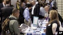 Para pencari kerja di pameran lowongan pekerjaan di New York. (Foto: Dok)