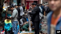 中國新疆維吾爾人周五聚集禱告。(2014年5月23日資料照片)