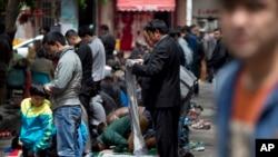 Người Uighur cầu nguyện bên ngoài một nhà thờ Hồi giáo tại Urumqi sau cuộc tấn công vào tháng trước ở khu vực tây bắc của Tân Cương.