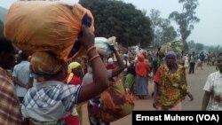 Les Burundais quittent leur maison de location, Kamanyola, RDC, le 17 septembre 2017. (VOA/Ernest Muhero)