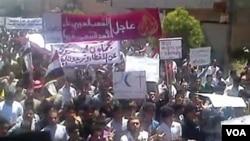 Para demonstran anti pemerintah melakukan unjuk rasa di kota Kafr Nabl (3/6).