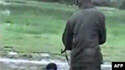 Video cho thấy những người thân thể trần truồng bị trói quặt tay sau lưng đang bị hành quyết