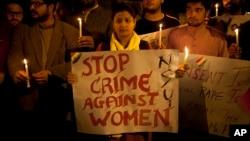 Arhiva - Mladi demonstranti u Indiji drže svijeće tokom protesta protiv seksualnog nasilja u Nju Delhiju, 9. februara 2015.