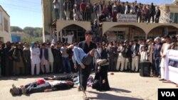 تیاتر خیابانی فعالین مدنی بامیان برای تأمین امنیت شهروندان افغان در حال اجرا برنامه.