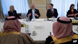 دیدار رکس تیلرسون وزیر خارجه آمریکا (دوم از چپ) با عادل الجبیر وزیر خارجه عربستان (پشت به تصویر) در آلمان - ۲۸ بهمن ۱۳۹۵